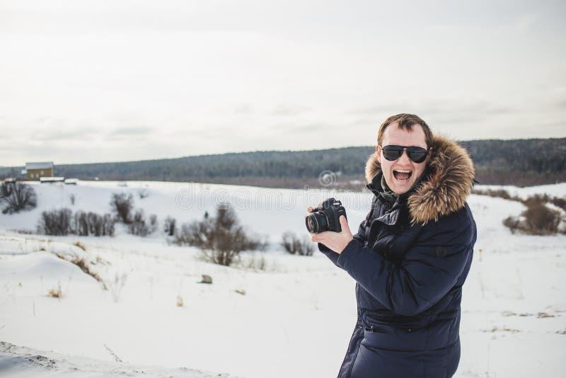 Le photographe de randonneur apprécie un panorama fin de forêt d'hiver au jour ensoleillé photographie stock