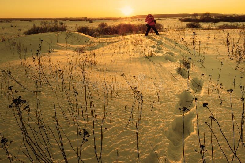 Le photographe prend le paysage d'hiver à l'aube dans le froid glacial photographie stock libre de droits