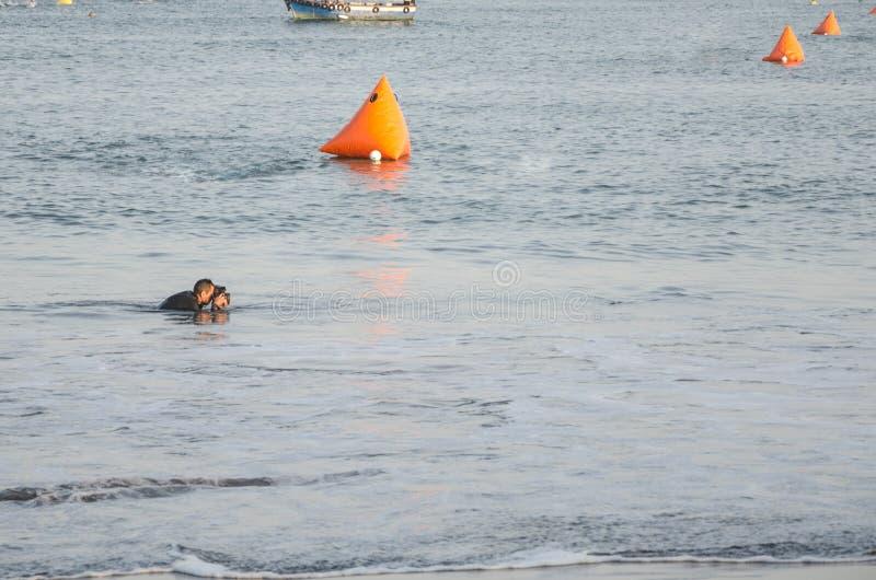 Le photographe prend une photo du bateau de pêche en mer image stock