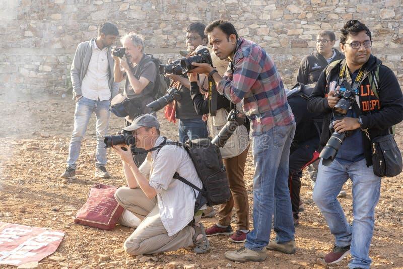 Le photographe prennent des photos au chameau Mela, foire de chameau de Pushkar, Inde de Pushkar Beaucoup de photographes de part photographie stock