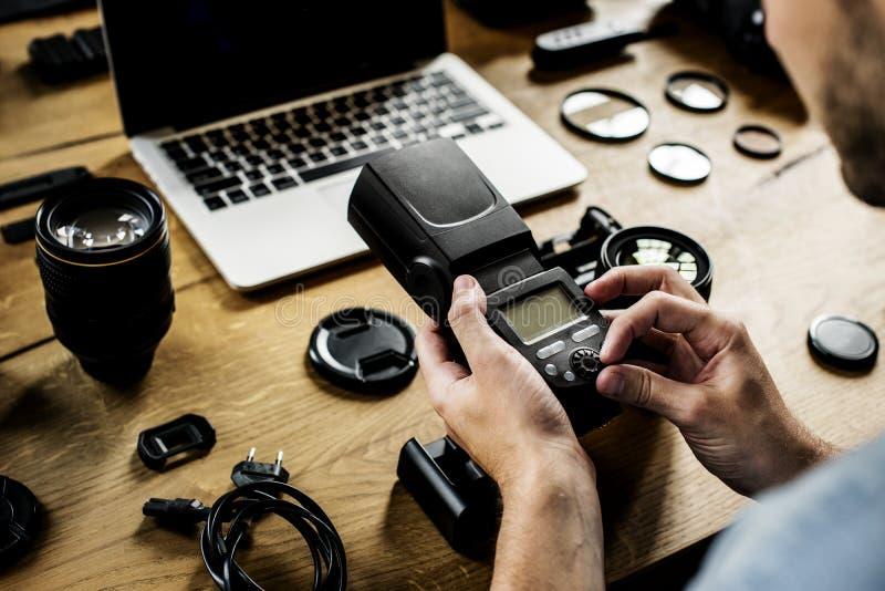 Le photographe vérifie son appareil-photo photo stock