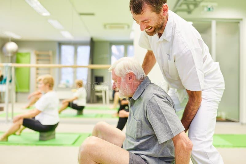 Le physiothérapeute offre une assistance de haut niveau dans le cadre du cours de réadaptation photographie stock