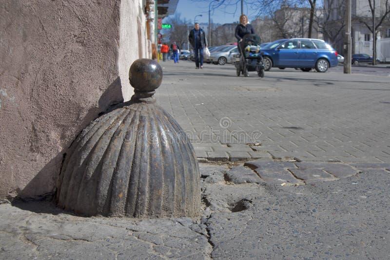 Le piédestal angulaire de fonte sous la forme de l'homme pour la limitation des portes d'oscillation dans le secteur Praga image stock