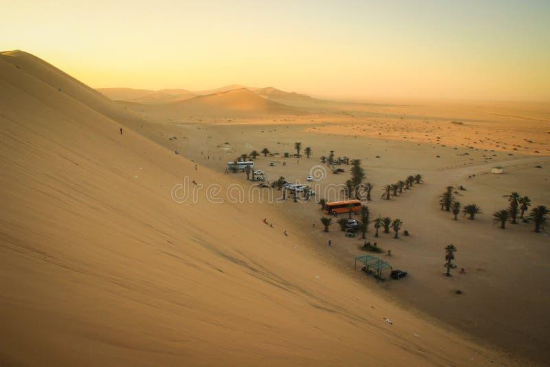 Le pi? alte dune di sabbia nel mondo al tramonto nel deserto di Namib, nel parco nazionale di Namib-Nacluft in Namibia Accampando immagini stock libere da diritti