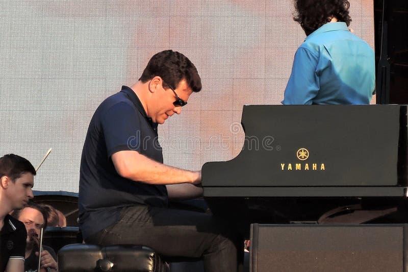 Le pianiste célèbre Denis Matsuev exécute sur l'étape images libres de droits