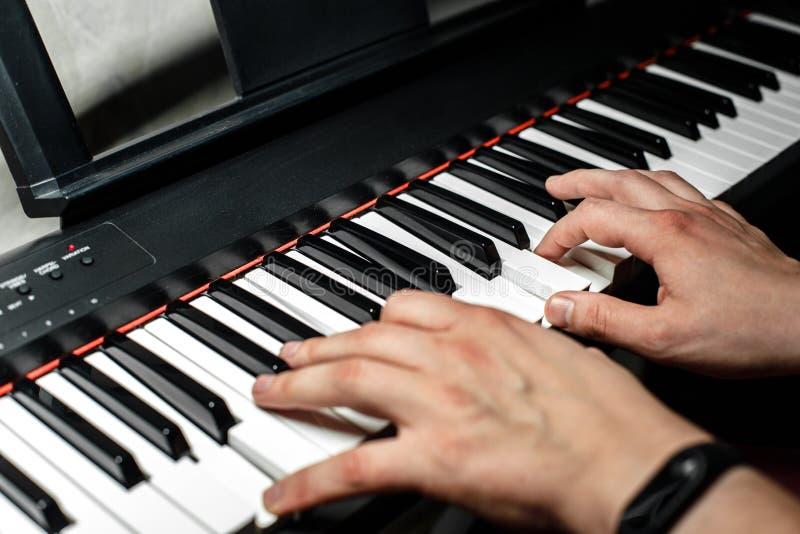 Le pianiste joue le piano Les mains du ` s de pianiste étroitement La vue à partir du dessus images stock