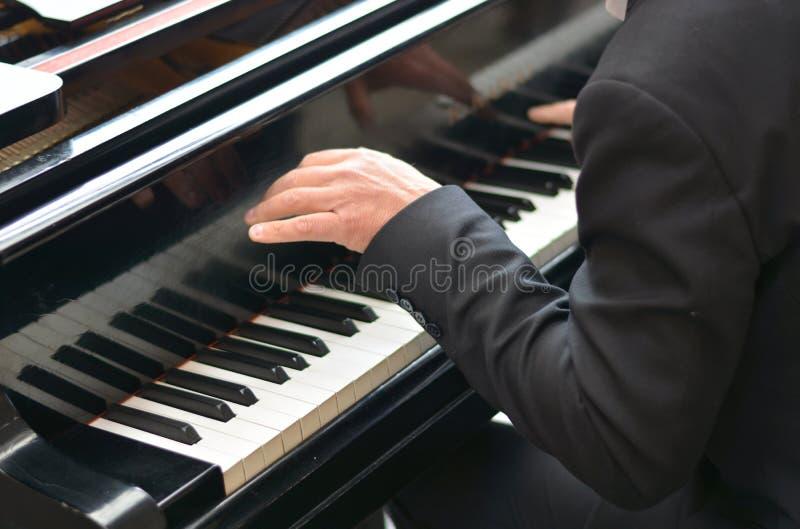 Le pianiste joue passion?ment un morceau de musique lyrique pris d'un travail musical antique photo stock