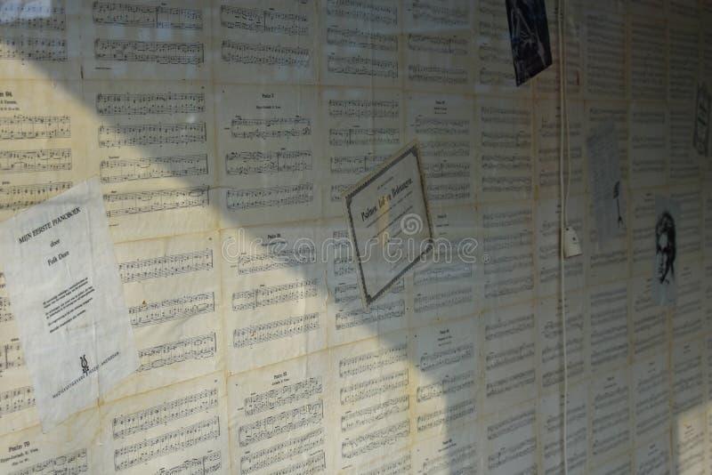 Le piano de papier peint de personnel de musique note le jaune noir blanc d'Old Famous Songs de professeur de clés superficiel pa photo libre de droits