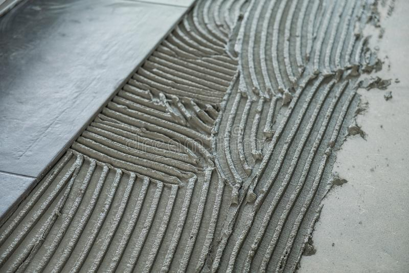 Le piastrelle per pavimento ceramiche hanno messo sull'adesivo applicato fotografia stock libera da diritti