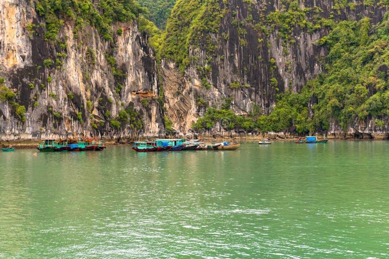 Le piccole barche formano un paesino di pescatori in Hal Long Bay fotografie stock