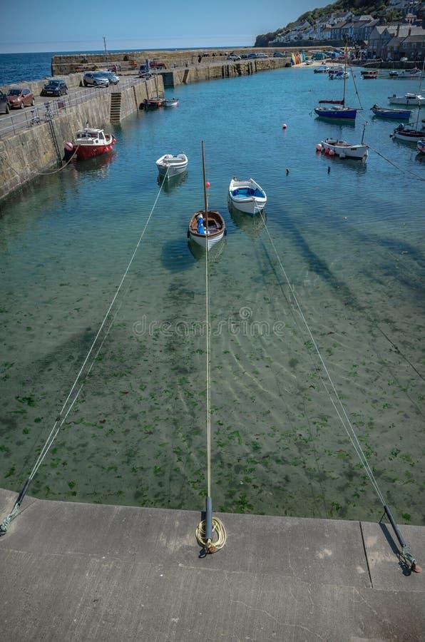 Le piccole barche hanno attraccato nel porto del Mousehole Cornovaglia Inghilterra fotografia stock libera da diritti
