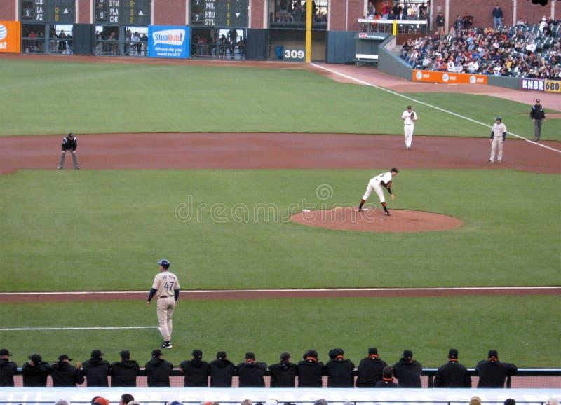 Le pichet Barry Zito regarde dedans vers le gant de baseball images libres de droits