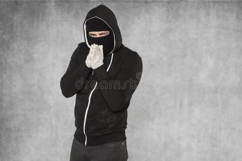 Le pickpocket frotte ses mains à l'idée des touristes photos libres de droits