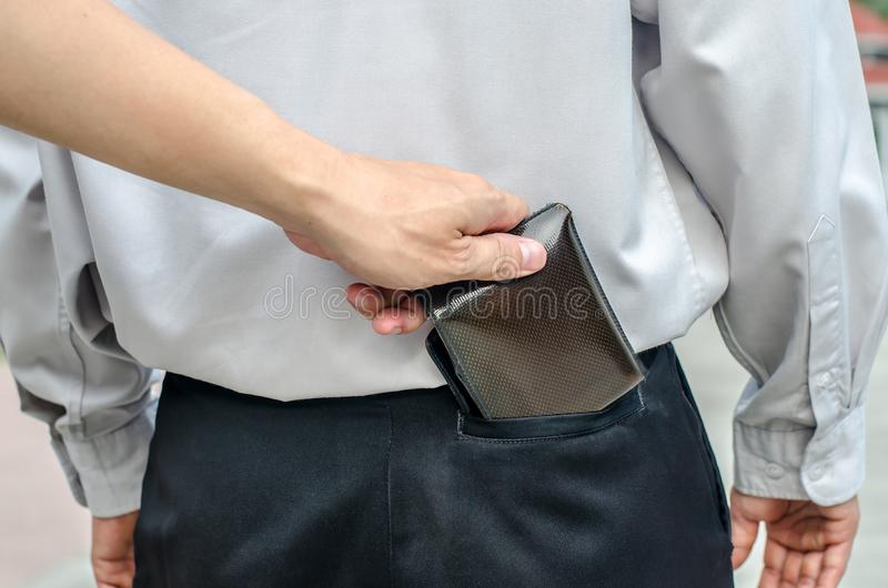 Le pickpocket volant a équipe le portefeuille de la poche arrière photographie stock libre de droits