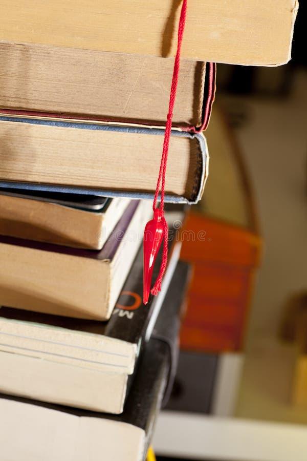 Le pied de lapin, le signet et les livres chanceux photo stock