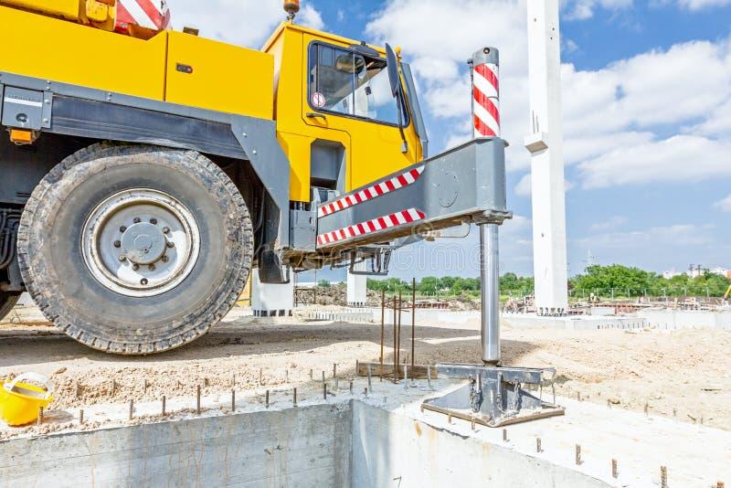 Le pied hydraulique de grue est soutenu pour la sécurité, stabilisateur latéral images stock