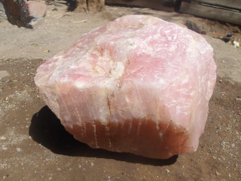 Le pietre del quarzo di Rosa aprono i chakras del cuore ad amore incondizionato e ad energia positiva, rendentegi uno delle gemme fotografia stock libera da diritti