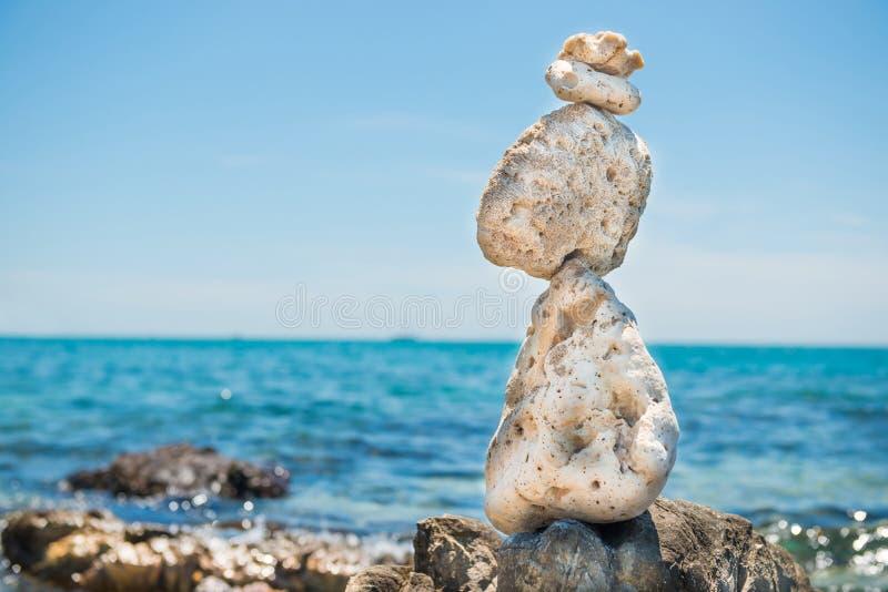 Le pietre di zen equilibrano al fondo del mare immagini stock