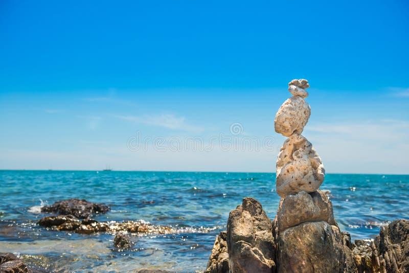 Le pietre di zen equilibrano al fondo del mare fotografia stock libera da diritti