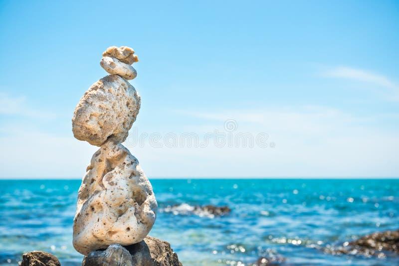 Le pietre di zen equilibrano al fondo del mare fotografie stock libere da diritti