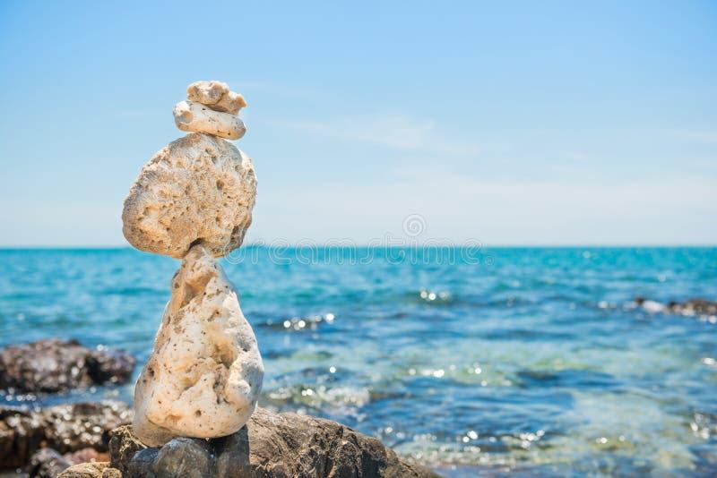 Le pietre di zen equilibrano al fondo del mare immagine stock