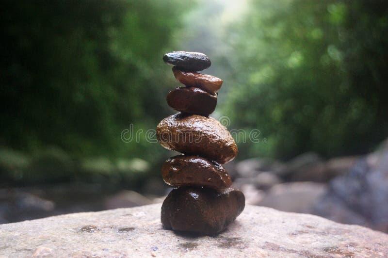 Le pietre equilibrano ed il concetto della stazione termale di benessere nella foresta della cascata fotografie stock