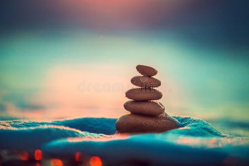 Le pietre equilibrano sulla spiaggia tropicale, colpo dell'alba fotografie stock libere da diritti