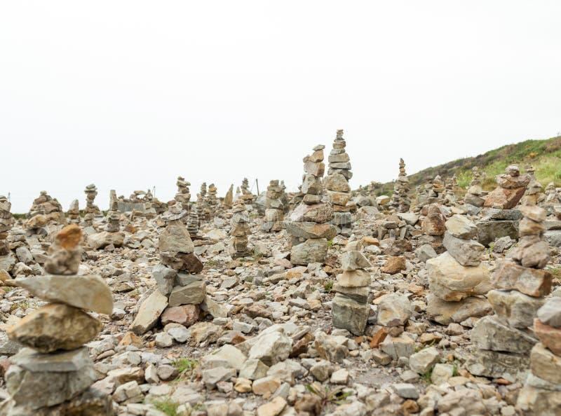 Le pietre hanno impilato uno d'altro canto Instalation vicino al capo commemorativo di aviazione navale della capra, Francia fotografia stock libera da diritti