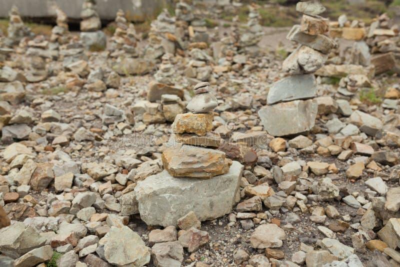 Le pietre hanno impilato uno d'altro canto Instalation vicino al capo commemorativo di aviazione navale della capra, Francia fotografie stock libere da diritti