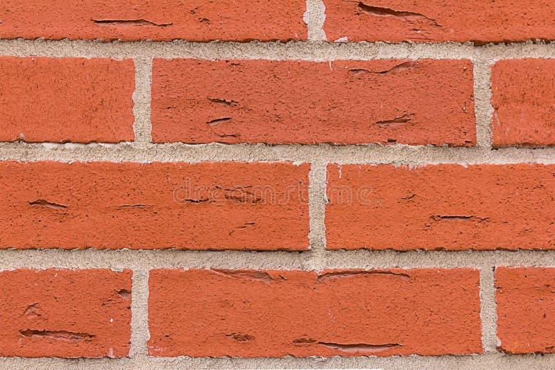 Le pietre rosse rettangolari della muratura si fende con le linee fondo naturale di gray del cemento di lerciume del primo piano  immagine stock