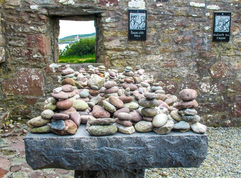 Le pietre rotonde sopra si alterano alla chiesa del ` s della st Dymphna di rovine fotografie stock libere da diritti