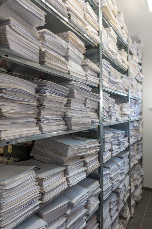 Le pile dell'archivio sono immagazzinate in un archivio fotografia stock libera da diritti