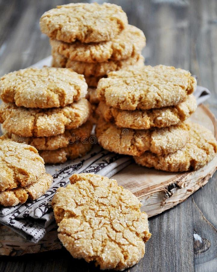 Le pile di biscotti casalinghi del miele con le crepe hanno aggiunto con la noce di cocco immagini stock