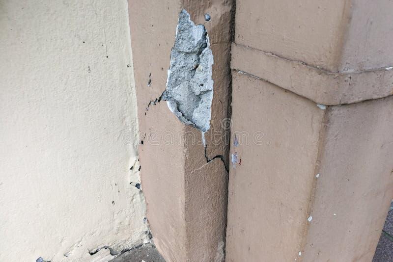 Le pilier criqué défectueux du bâtiment peut constituer la menace de sécurité photos libres de droits
