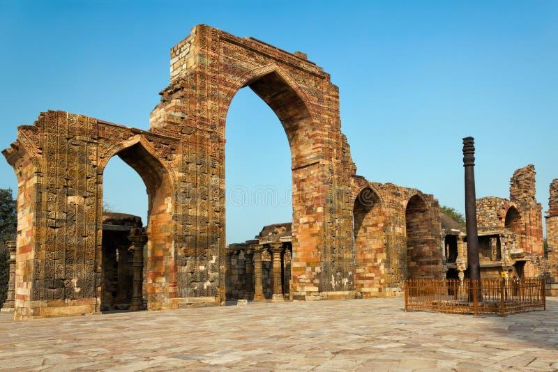 Le pilier de fer dans le complexe de Qutb, Delhi, Inde photographie stock