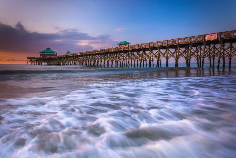 Le pilier de pêche au lever de soleil, en plage de folie, la Caroline du Sud images libres de droits