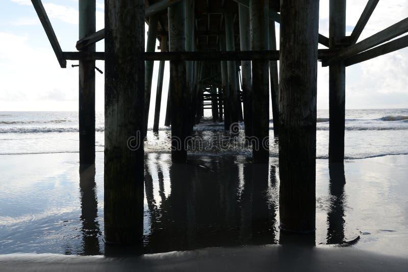 Le pilier de pêche de plage devient un autre monde au-dessous de la structure photographie stock libre de droits