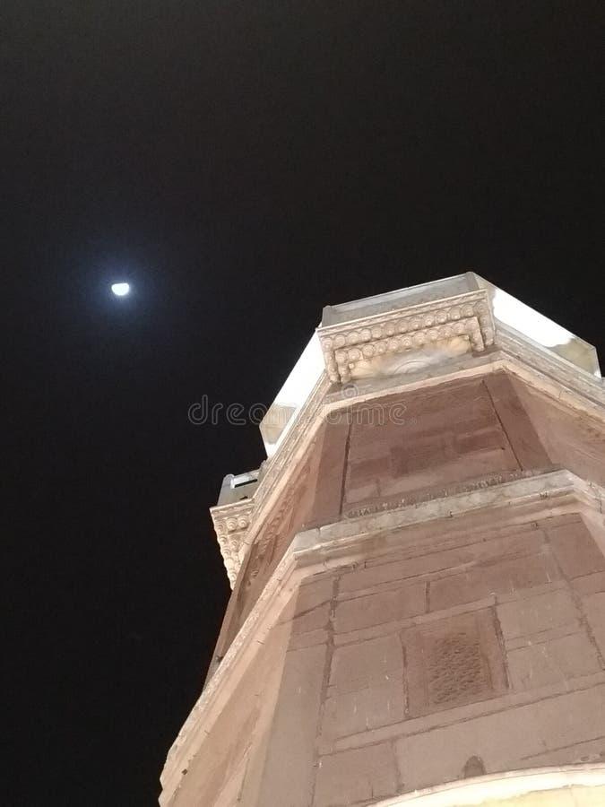 le pilier de victorieux avec la lune timide au ciel nocturne image libre de droits