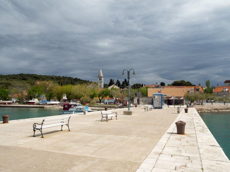 Le pilier de ville en île de Zlarin en Croatie, mettent en communication la marine avec des yachts et des catamarans image stock