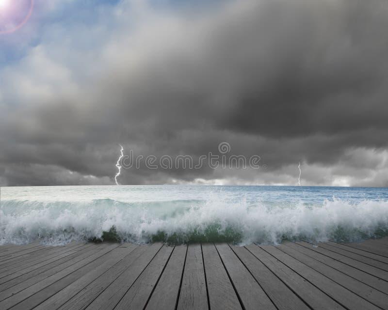 Le pilier a inondé par des vagues avec le ciel cludy, situat dangereux de foudre photo stock