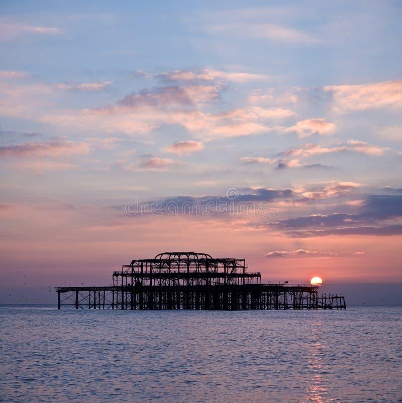 Le pilier occidental de Brighton au coucher du soleil image libre de droits