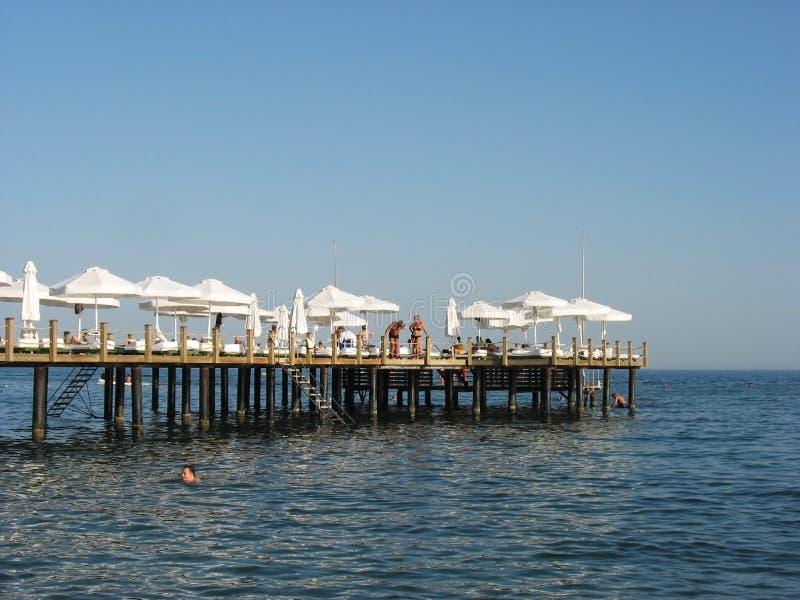 Le pilier près de la plage à l'hôtel de luxe images libres de droits