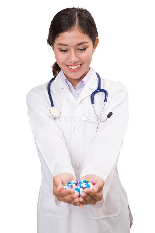 Le pillole, le compresse e le droghe ammucchiano in mano del ` s di medico immagini stock libere da diritti