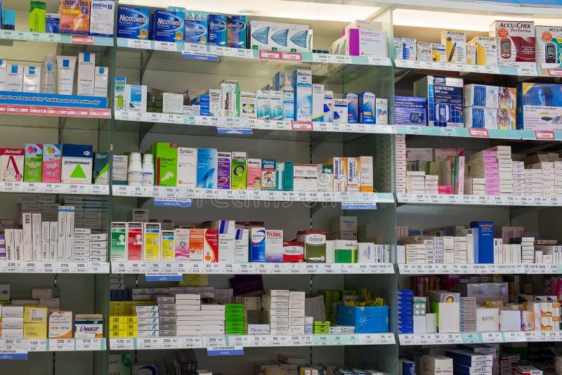 Le pillole mediche e le droghe mediche sulla farmacia stanno in supermercato Siam Paragon thailand immagine stock libera da diritti