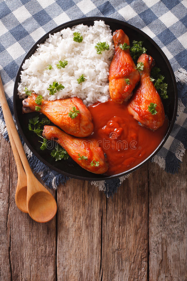 Le pilon de poulet avec de la sauce à piments de Sriracha et le riz garnit V image libre de droits