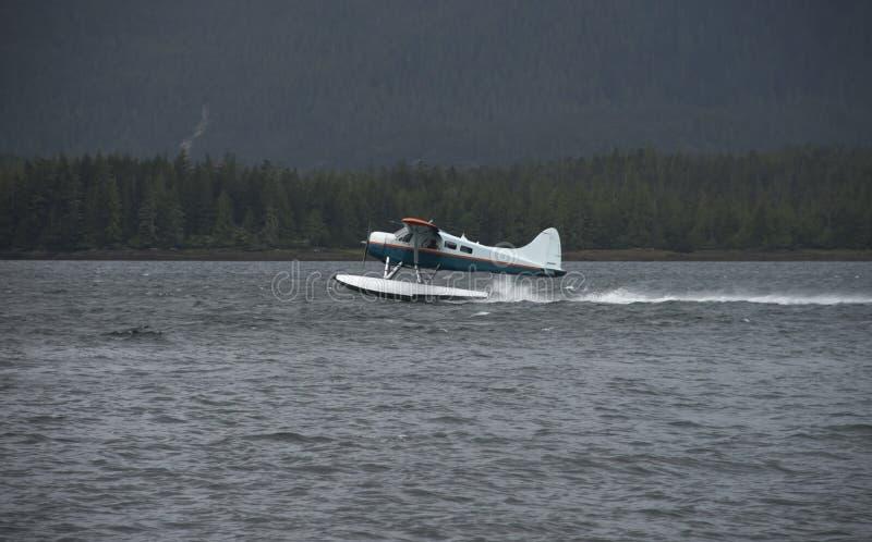 Le pilote de l'Alaska Bush enlèvent l'avion de flotteur images libres de droits