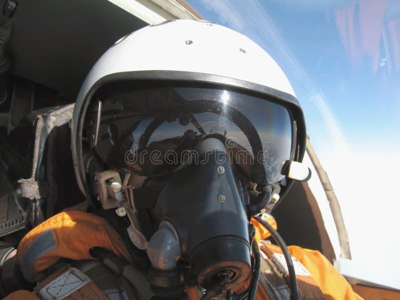 Le pilote militaire dans l'avion image stock