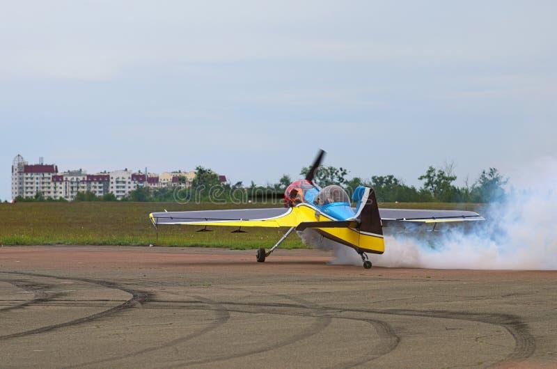 Le pilote montre à maîtrise du contrôle son avion au sol photos libres de droits