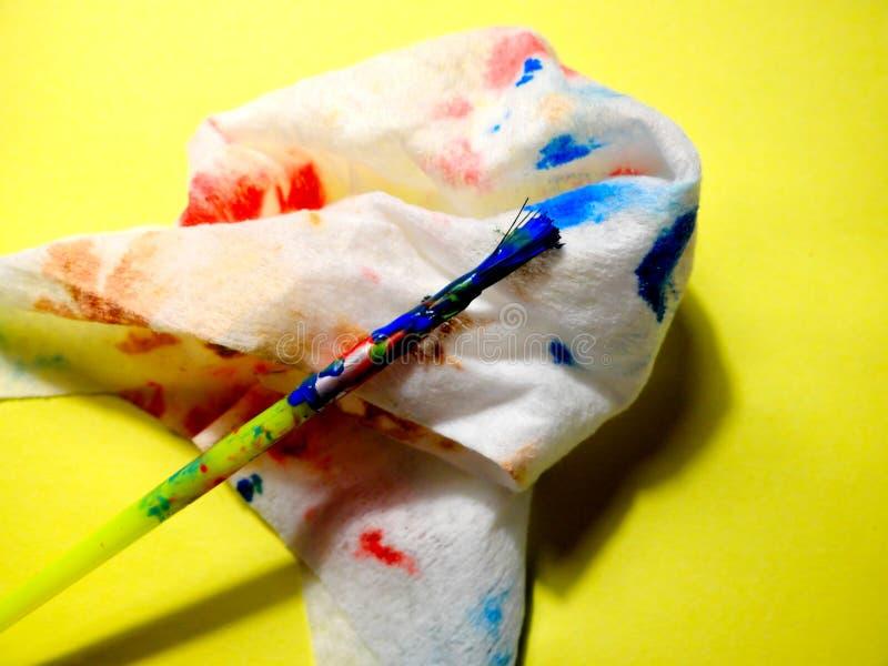 Le pinceau et le tissu sales après nettoyage de la brosse Concept d'artiste au travail, développement précoce d'enfants, thérapie images libres de droits