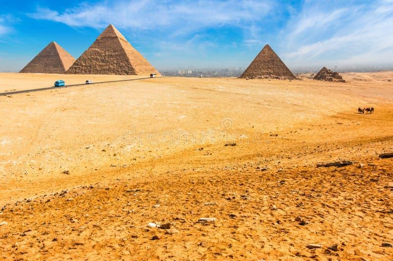 Le piramidi egiziane di Giza sui precedenti di Il Cairo Miracl immagine stock libera da diritti